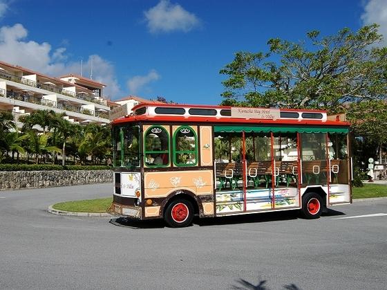 お子様を連れてリゾート内をのんびり遊覧できるトローリーバス