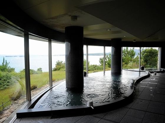 クラブハウス内大浴場 海を見ながら疲れを癒せます