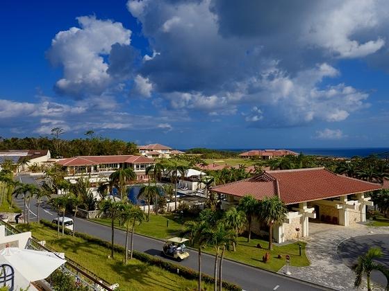 客室からの眺め 点在する赤瓦の建物が沖縄情緒を盛り上げます