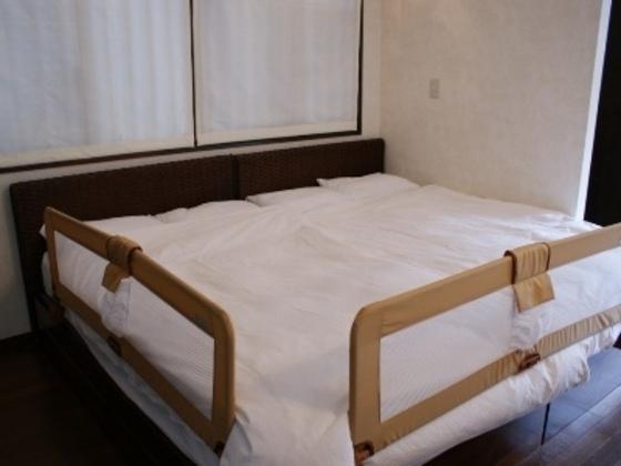 ベッドガード足元、サイドに設置可能です。