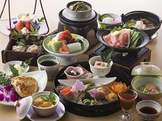 お部屋食は季節の会席料理をご用意いたします