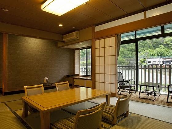 和室12畳に広縁が付いた広々とした懐かし館
