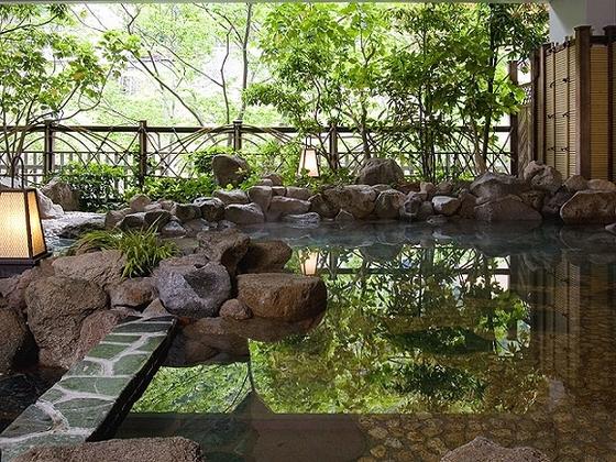 鬼怒川の川音と空気を一緒に楽しめる岩風呂