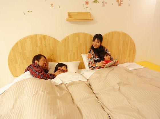 赤ちゃんプランハピネスルームのベッドはキングサイズのローベッド。ゆったりとお休みいただけます