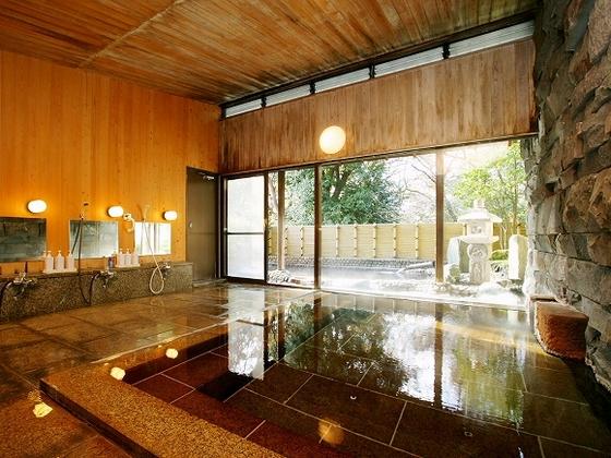 さび御影石、天井・壁 に檜材を配し、落ち着いた雰囲気を演出しております。