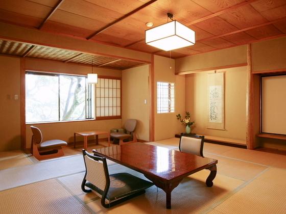 純和風の客室からは、庭園や豊かな自然が望めます。