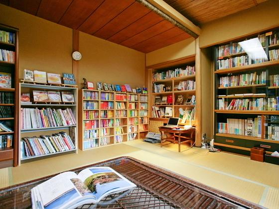 小さな図書館です。お子様用も絵本もたくさん有ります。