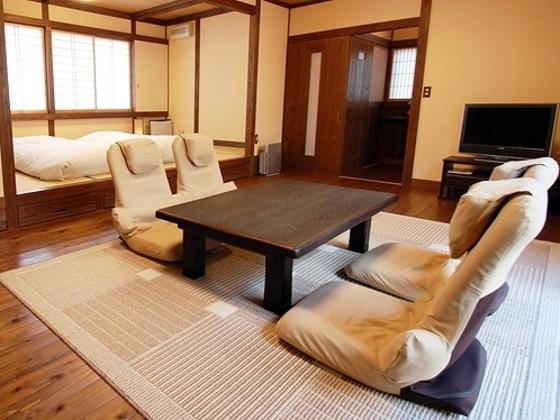 ゆとりのあるお部屋は、板の間14畳・小上がり9畳。