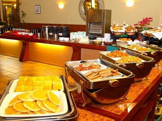 カジュアルレストランの朝食。焼きたてのパンはローカルにも大人気