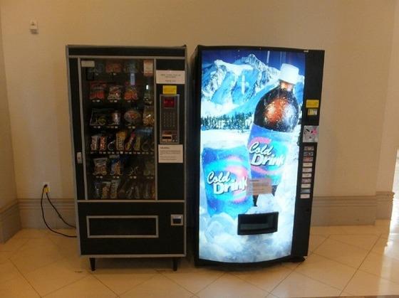 飲料・軽食が買える自動販売機がホテル内にございます