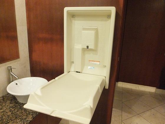 共用トイレのおむつ交換台。男性用にもございます。
