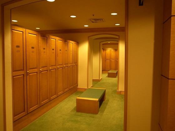 大浴場のロッカールーム。タオルの貸し出しもございます