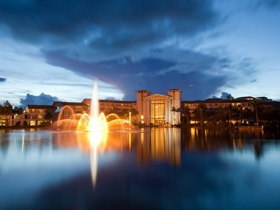 マネンガンレイクの噴水。幻想的な雰囲気です。