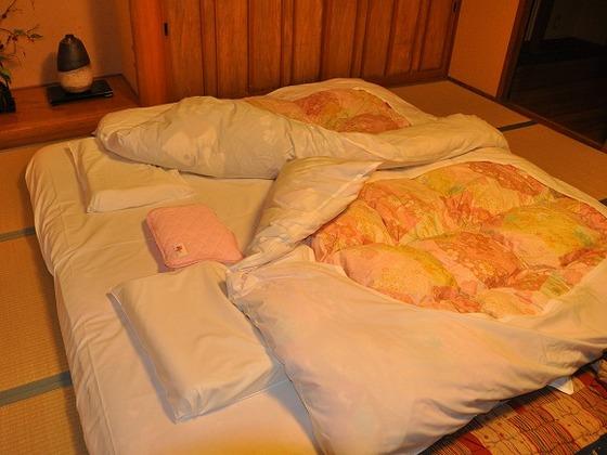2組のお布団をくっ付けてお敷きすることもできます。添い寝も安心。