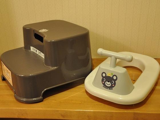 共用トイレには踏み台と補助便座をご用意
