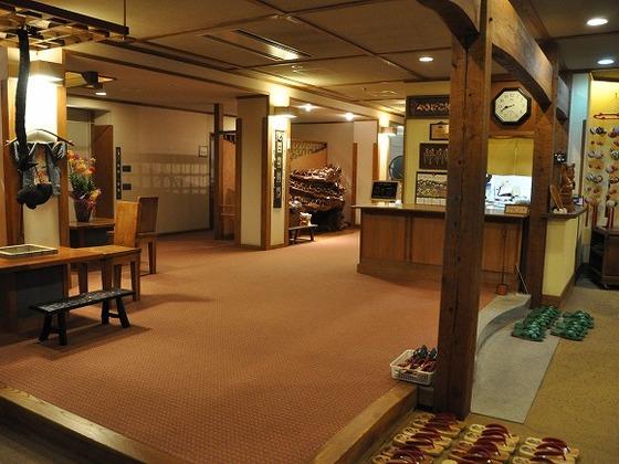 宿泊棟内は全てカーペット敷き。スリッパは使用しておりません。
