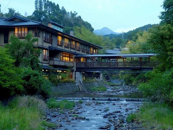 """宿泊棟とお食事棟を繋ぐ""""出逢い橋""""。季節の風を感じて下さい。"""