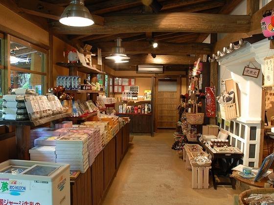 売店。オムツなど赤ちゃん用品はフロントにて販売しております。