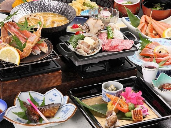 ご夕食は地元産の野菜と、日本海の海の幸を使った会席です。