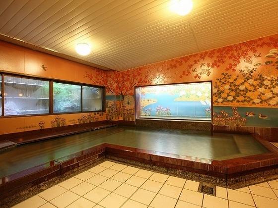 色彩豊かなセラミック壁画が目を引く「錦繍(きんしゅう)の湯」