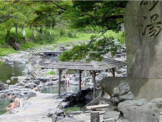 露天風呂番付の西の横綱「名湯砂湯」までは徒歩3分。