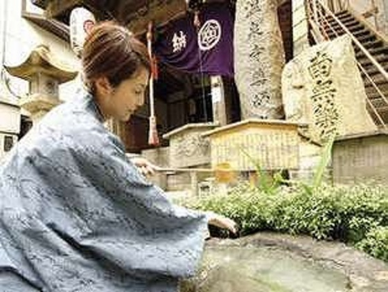 湯原温泉だからこそ神社の手水も温泉水です。