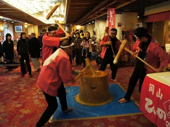1月1日には地元の方による餅つきイベント開催。