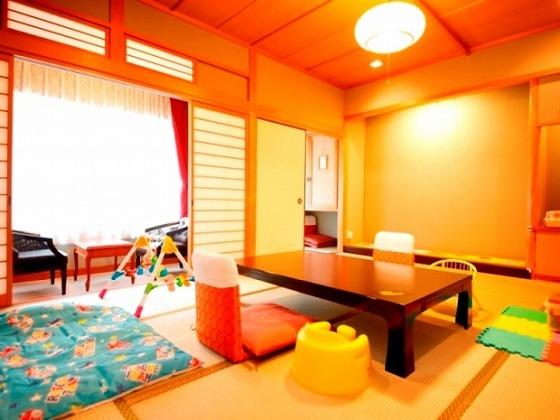 お部屋は10畳の和室。風呂とトイレは分かれています。