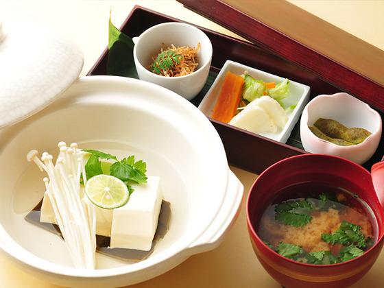 ご朝食は湯豆腐や焼魚などシンプルな京朝食。
