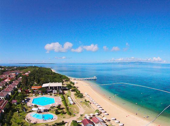 亜熱帯の緑と美しいブルーの海に囲まれた赤瓦コテージ