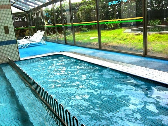 4月~9月まで営業の室内プール。お子様プールは水深60㎝です
