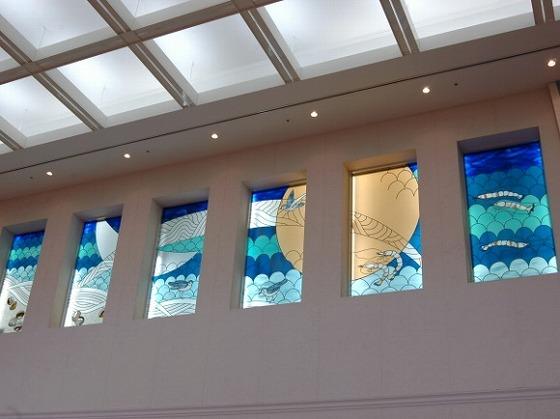 ロビーのステンドグラスは、客室から見える「伊勢湾」をイメージ