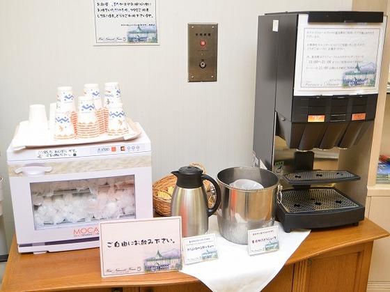 コーヒー、ラベンダーティーをサービスしています。