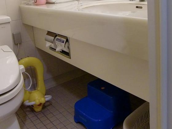 お子さま用のステップや補助便座も用意しております。