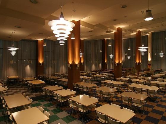 カラス張りの開放的なレストランをお楽しみください。