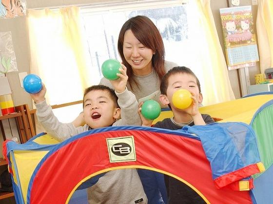 室内託児室は事前予約制で通年開設。