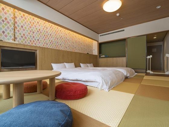 角のない家具とカラフルなクッションで安心してゆったりと滞在
