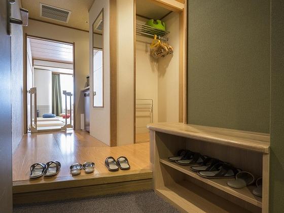 靴を脱ぐ和室タイプだから安心清潔。下駄箱は便利なベンチ仕様