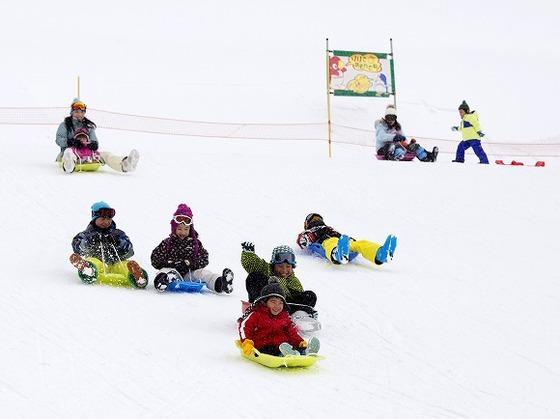 冬はホテルと隣接するスキー場でそりやスキーを楽しもう♪