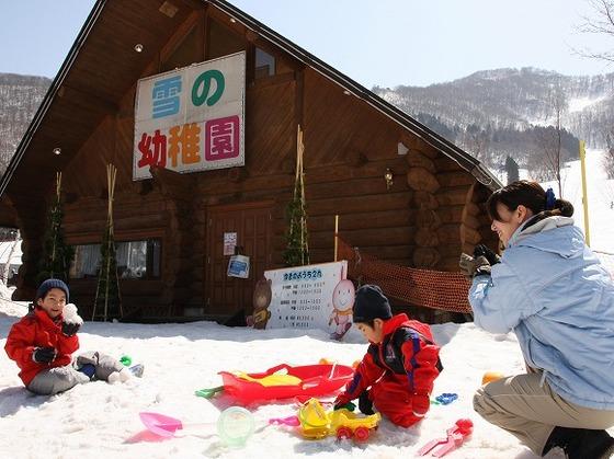 スキー場は託児施設も充実。雪遊び教室「雪の幼稚園」が人気