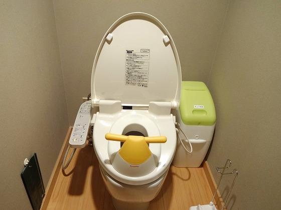 トイレにはお子様用補助便座を完備