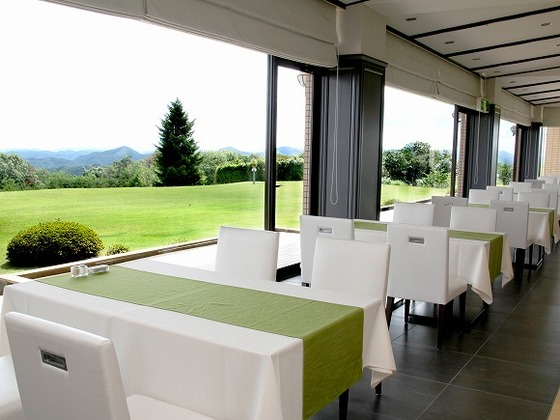 空と芝生のコントラストが美しいガーデンダイニングレストラン