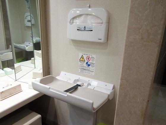 ロビーにある女性トイレにはオムツ交換台を設置しております