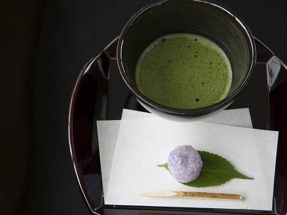 日本庭園内にある立礼席にてお呈茶のサービス(冬季休館)