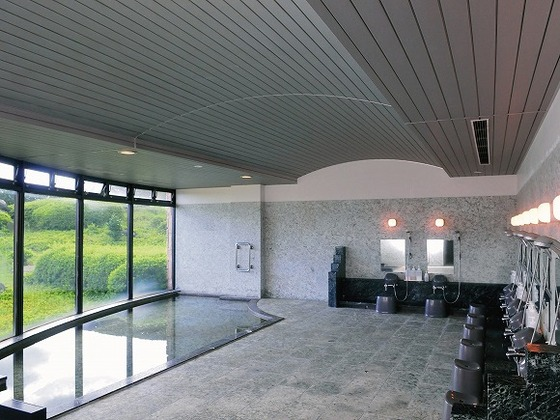 自然光差し込む明るい大浴場