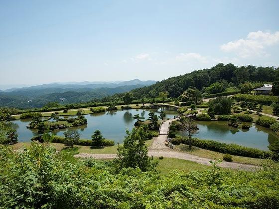 中国山地の山並みを借景とした広さ一万坪の日本庭園『東林苑』