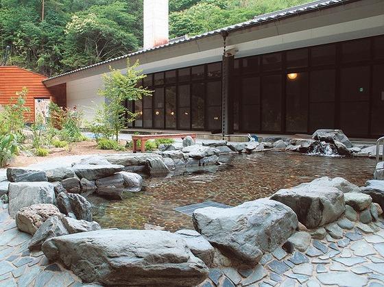 9種のお風呂が楽しめる『光信寺の湯ゆっくら』。車で約20分