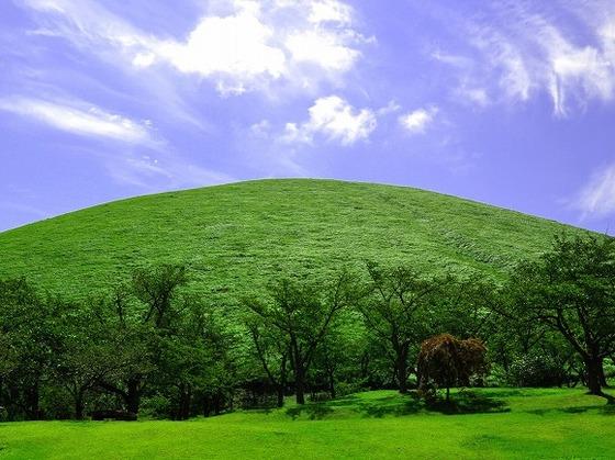 目の前に位置する大室山(国立天然記念物指定)