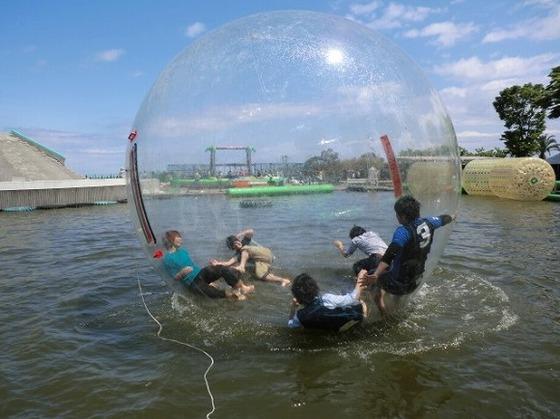 家族で風船に入って水上散歩(伊豆ぐらんぱる公園)