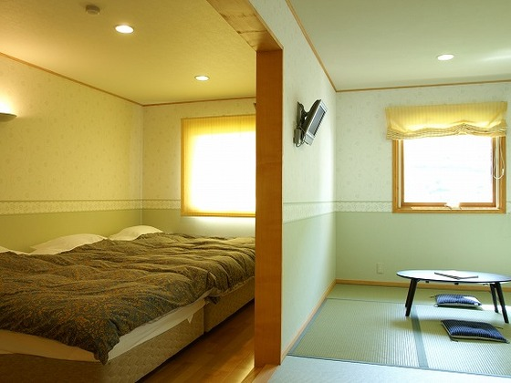 3世代や2家族などでも使用できる和洋室(3ベット、布団3セット)